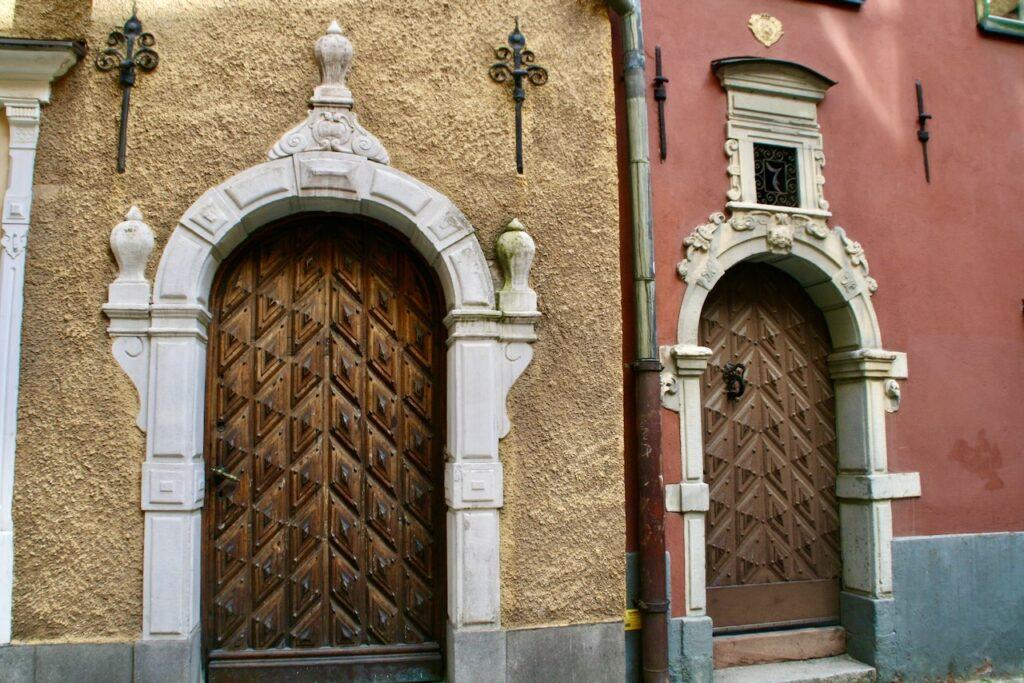 Stockholm. Gamla stan. Skomakargatan. Två hus med portaler från 1600-talet