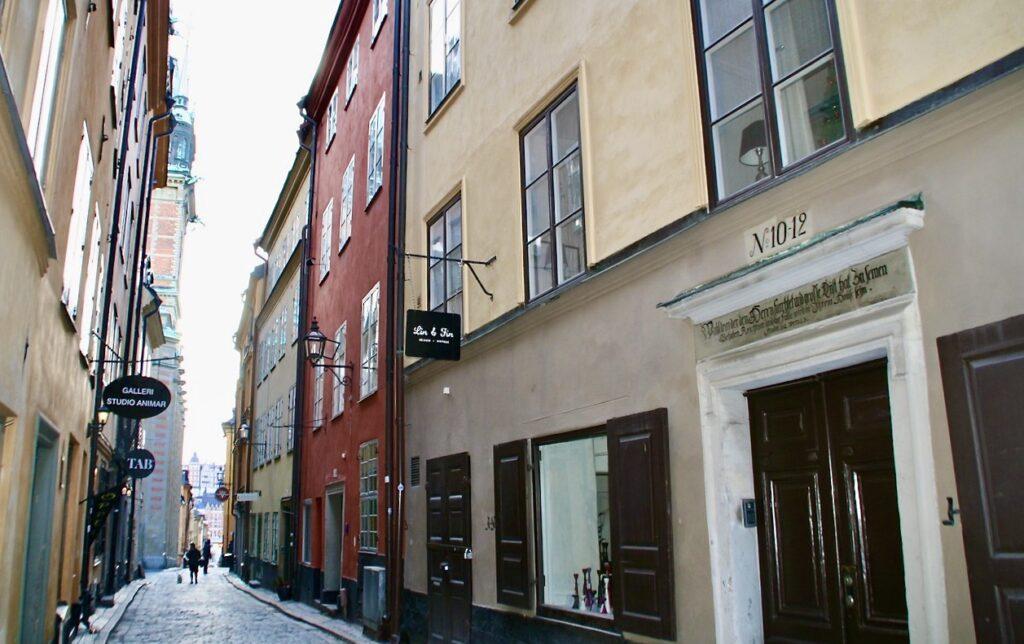 Stockholm . Gamla stan. Huset på Kindsugtan 10-12 har troligen inte haft två portaler trots att det var två hus. Men man vet inte. Det fanns dock en s.k. Klöfweport som man kunde rida genom.