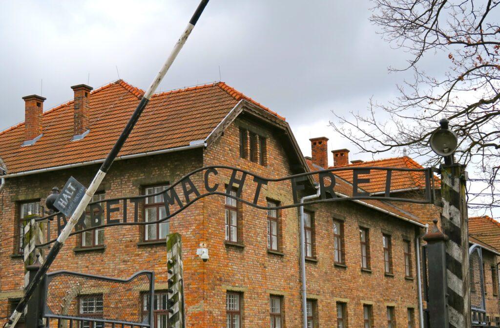 """Polen Auschwitz. """"Arbeit macjet frei"""" ord som kom att beröra mig 1961 första gången jag var här och kom att göra det även 2017."""