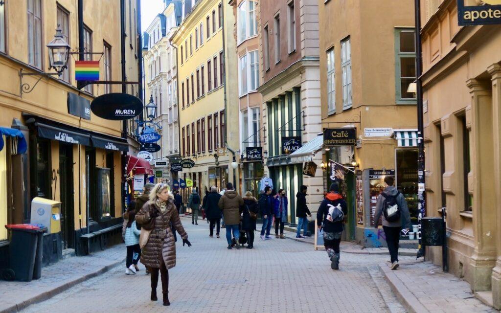 Stockholm. Gamla stan. Västerlånggatan. Ett nytt möte som kändes bättre nu med fler besökare.