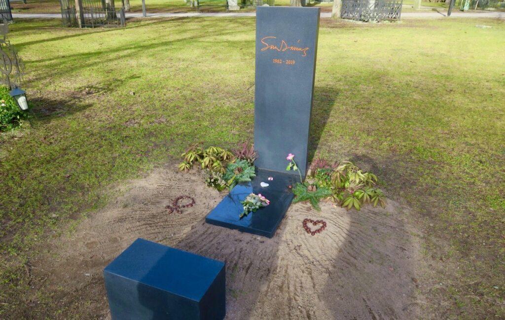 Stockholm. Södermalm. Katarina kyrkogård. Sara Danius grav med många vackra detaljer.