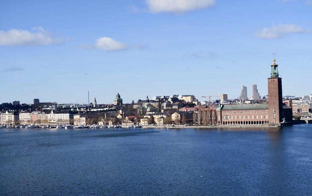 Stockholm. Södermalm. Vi rör oss västerut här uppe på höjden vid Monteliusvägen och ser Kungsholmen och Stadshuset på andra sidan Riddarfjärden. på andra sidan