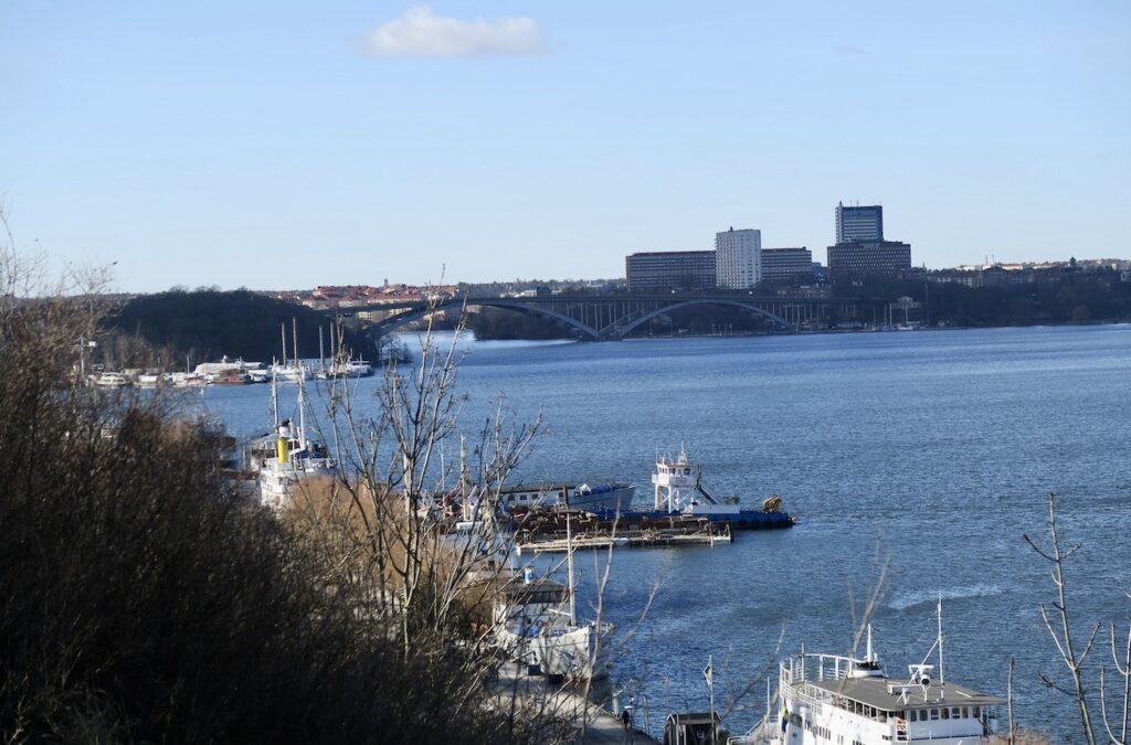 Stockholm. Södermalm. Vi rör oss fortfarande på höjden uppe på Montelisuvägen- Västerbron och Mariebergsområdet skymtar i bakgrunden.