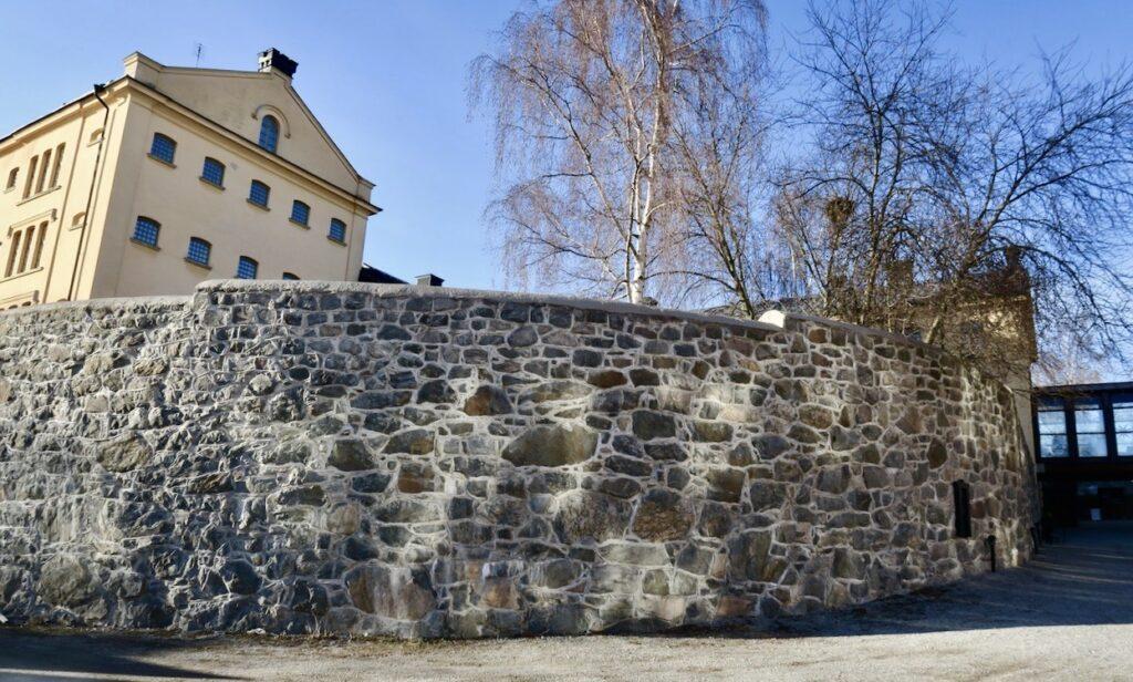 Stockholm Långholmen. Fängelsemurarna finns kvar.
