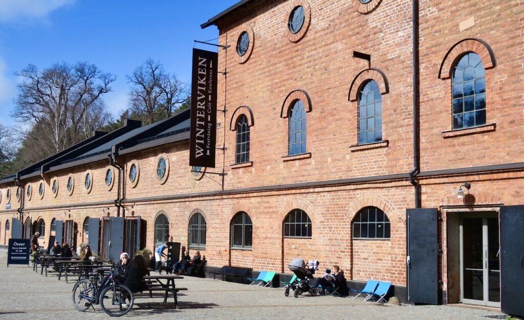 Stockholm. Vinterviken. Här i den gamla dynamit fabriken finns nu ett fantastikst café, både till yta och innehåll. Här pågår också ständigt olika konstutställningar. och ständi