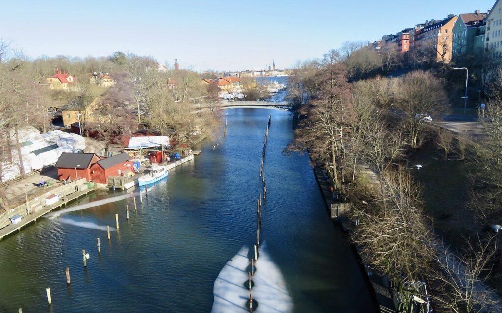Stockholm. På väg över Västerbron stannar jag och ser Långholmen till vänster och en del av Södermalm till höger.