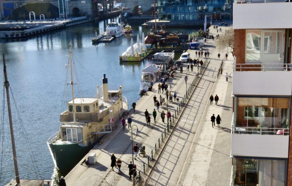 Stockholm. Södermalm. Många är ute och går. Rena rama folkvandringen längs kajerna. Vårvinter? Denna dag mest vår.