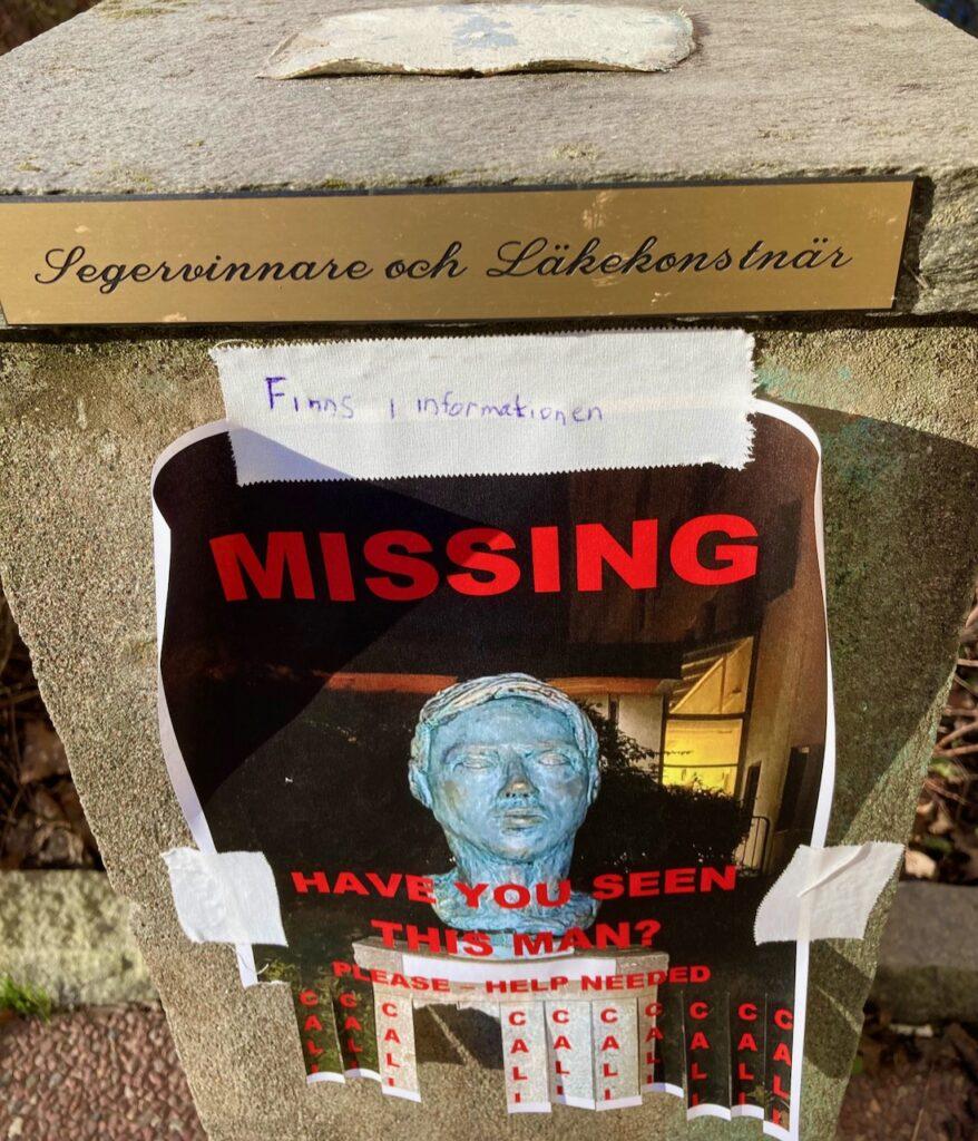 Stockholm. Södermalm. Utanför Rosenlunds skukhus fanns en skylt med en efterlysning av en man. En skulptur.