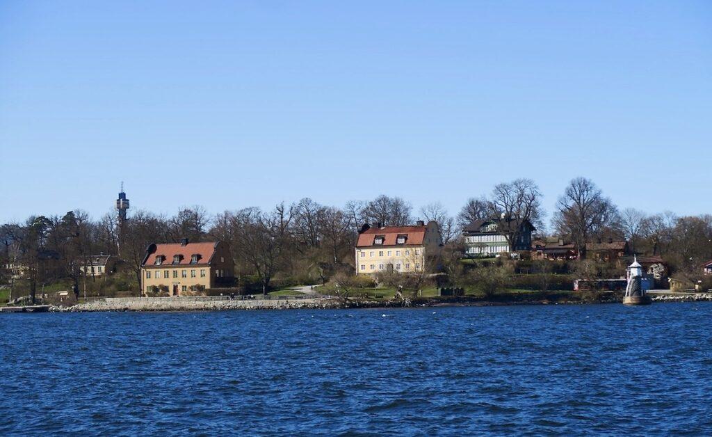 Båten är på väg från Nacka strand och till Djurgården och Blockhusudden.