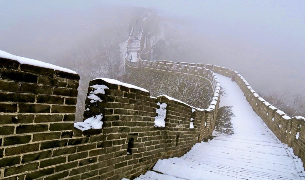 Kina. Kinesiska muren i snö. Halt. Fokus på att inte tappa koncentrationen och halka-