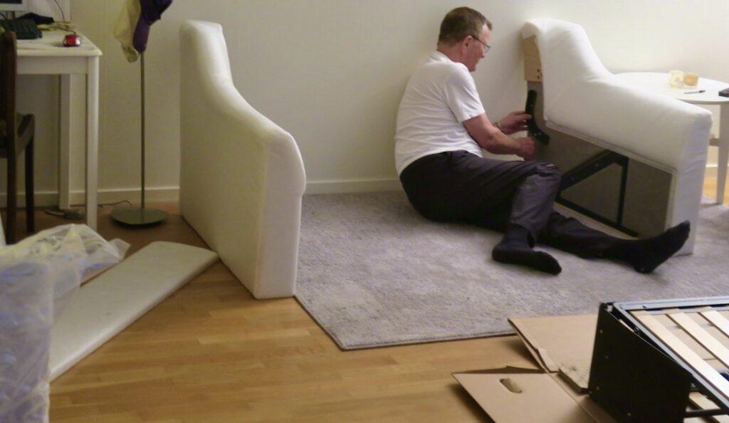 """Omväxlande var det absolut att montera ihop en soffa som kom som """"plockepinn""""."""