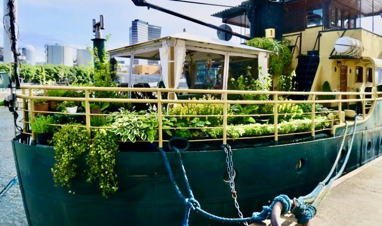 Stockholm. Norra Hammarbyhamnen- Fartyget Gratia. Här är det grönska.