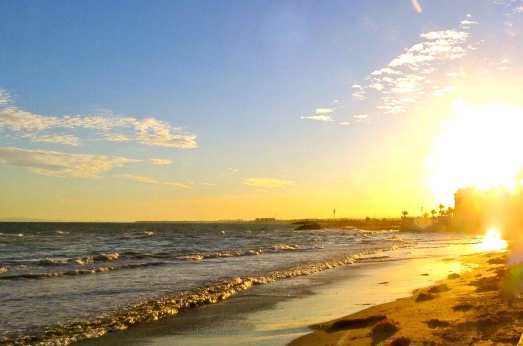 Spanien.Torrevieja. Vackert att i solnedgången se vågorna rulla in mot stranden.