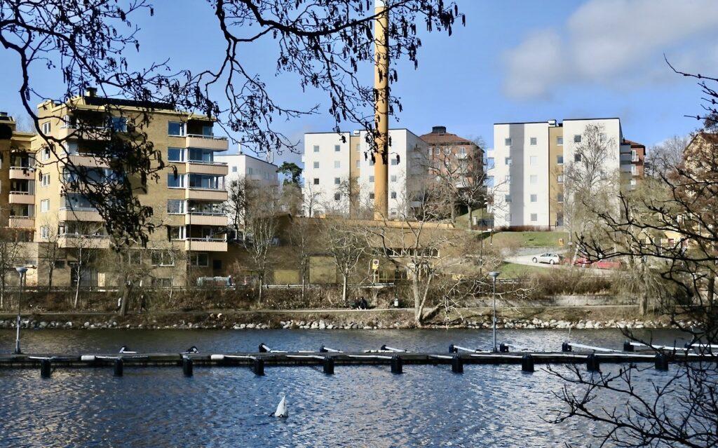 Stockholm.Vår strandpromenad från Vinterviken och längs mälaren slutade vid Ekensberg i Gröndal.