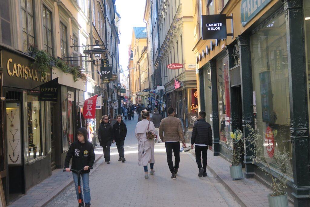 Stockholm. Gamla stan. Inga körsbärsblommor men väl turister, besökare, och kvistar som piggar upp.