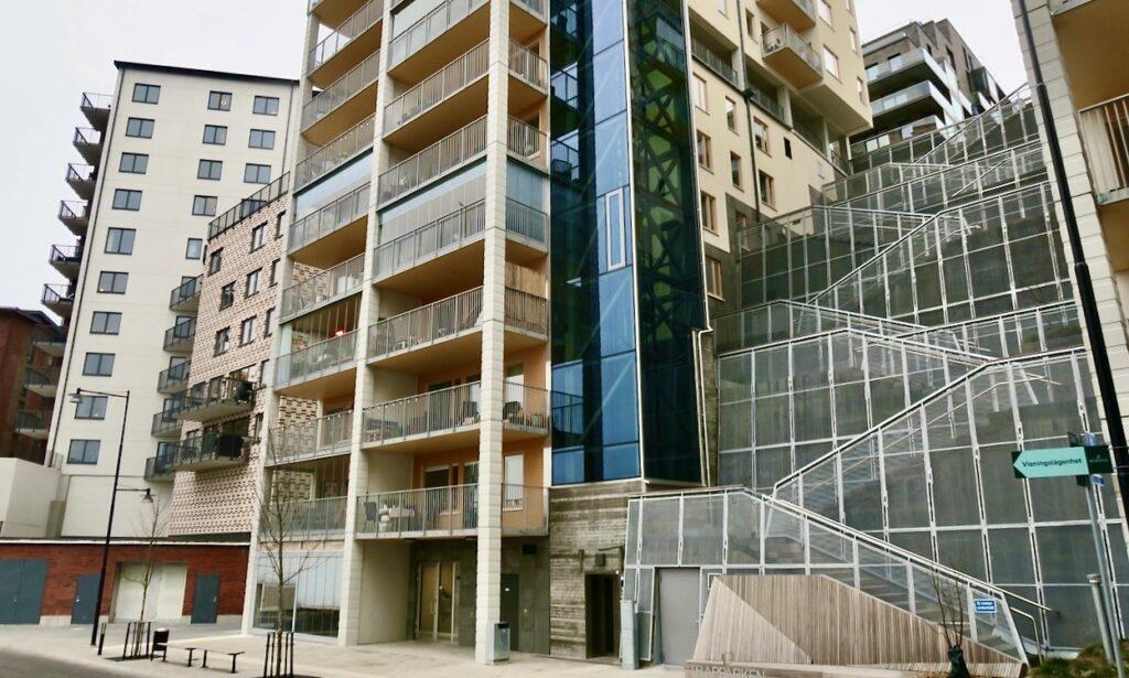 Stockholm. Nacka. Nybyggda hus vid Tollare kaj. Hiss eller trappor leder upp.