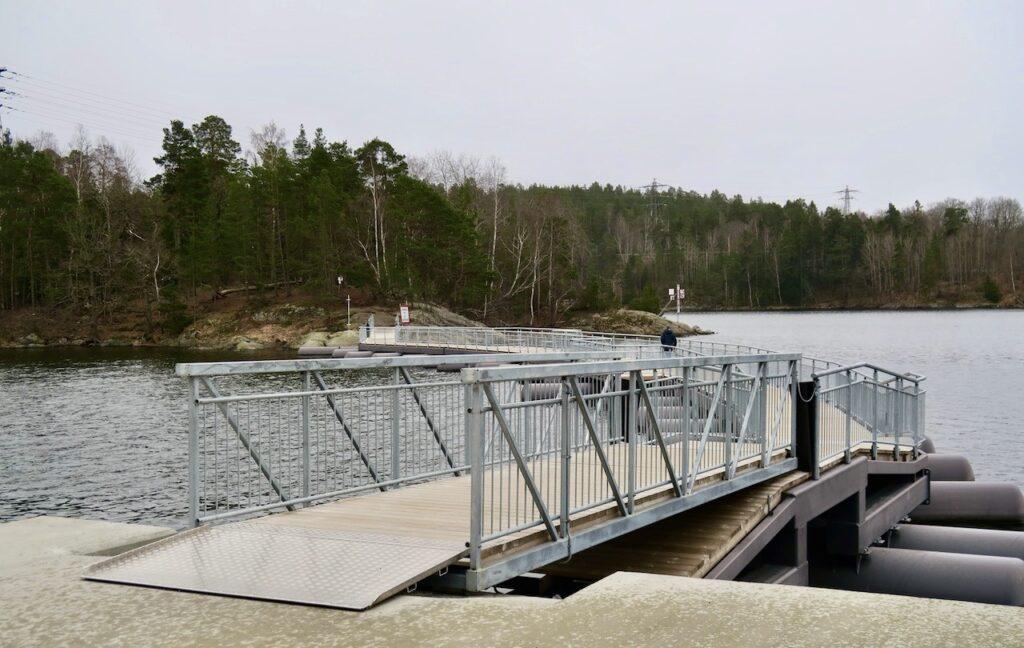 Stockholm. Nacka. En ny gångbro från Tollare kaj leder över till Måtrtens holme.