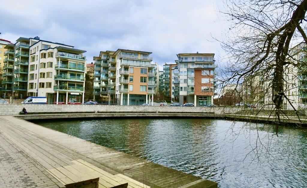 Stockholm. Lilla Essingen. Många hus finns helt nära vattnet precis som i Hammarby Sjöstad och i Norra Hammarbyhamnen.