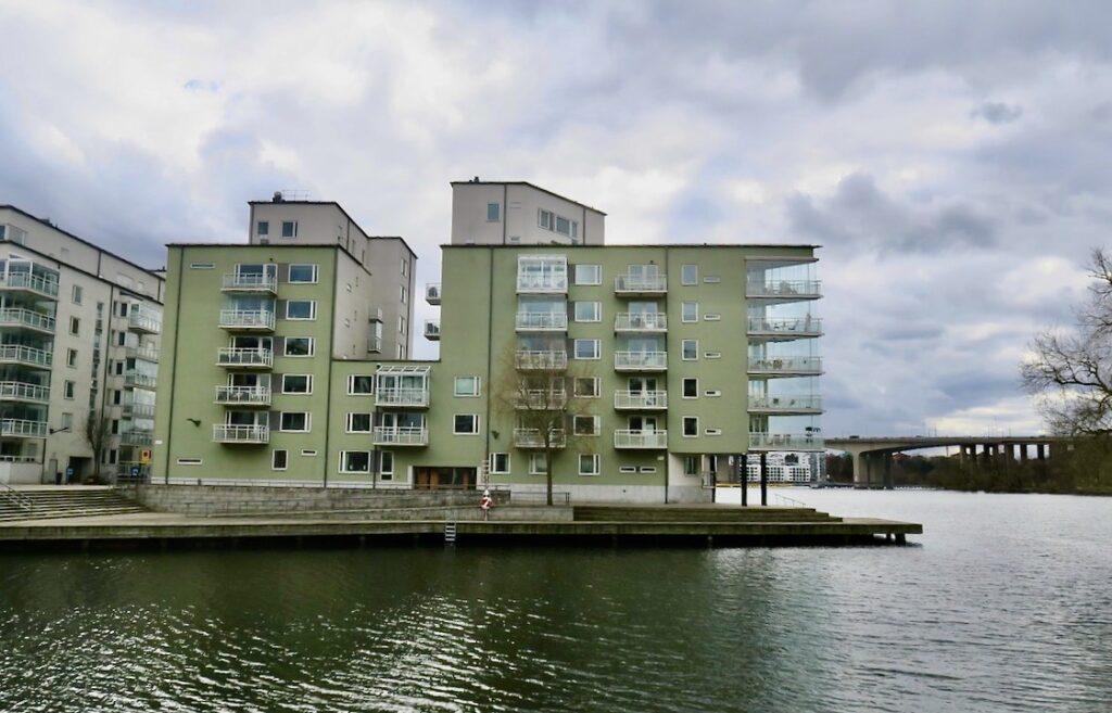 Stockholm. Lilla Essingen. Många träbryggor förbinder de olika områdena med varandra. Närkontakten med vattnet är påtaglig.
