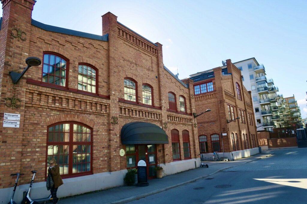 Stockholm.Lilla Esssingen. Flera av de gamla industrikvarteren är fint bevarade. Här, på Promusgatan 116 ligger restaurang Lux.
