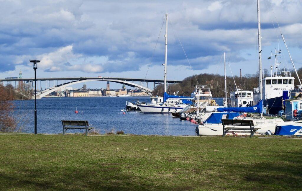 Stockholm. Lilla Essingen. Luxparken. Vy in mot Stockholm och Gamla stan som skymtar bakom Västerbron.