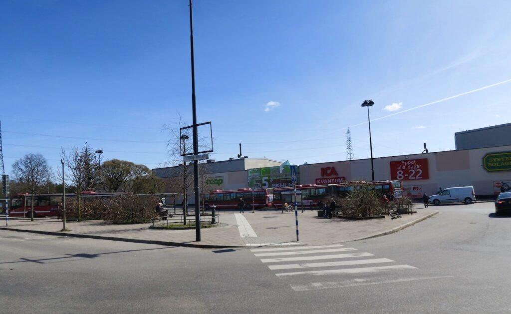 Stockholm. Skärholmen. God variation på busslinjer och matbutiker-