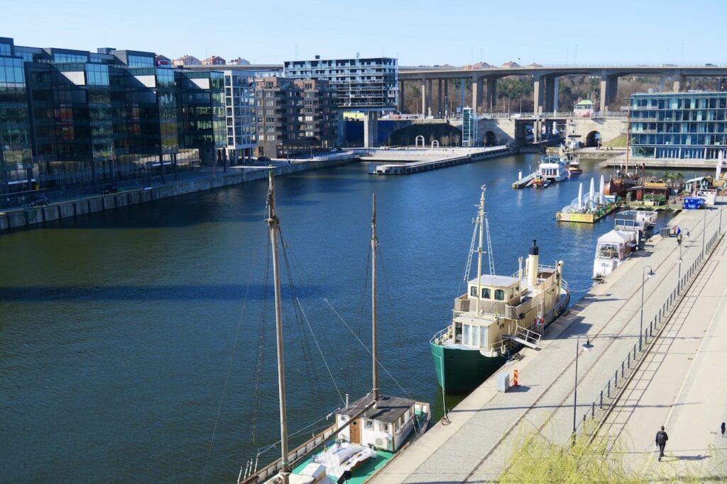Stockholm. Södermalm. Norra Hammarbykajen. Frukost på balkongen. Ännu ingen större variation på händelseförloppet i kanalen utan lugnt.