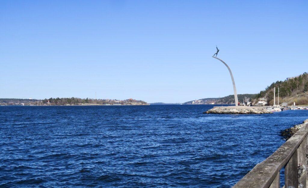 """Ett signum för Nacka strand är Carl milles staty """"Guds hand på hemmelsbågen"""""""