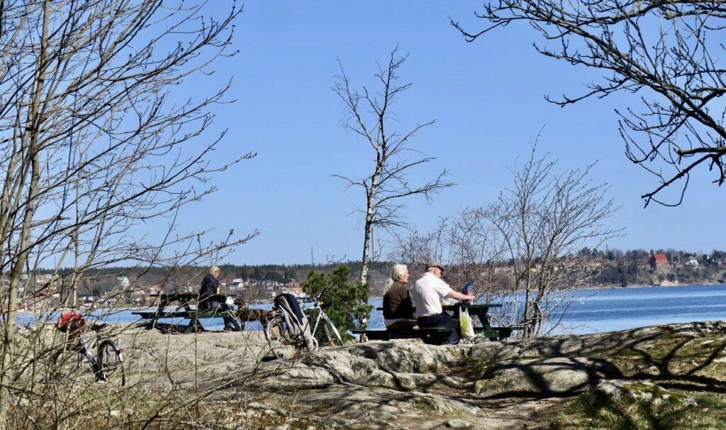 Stockholm. Djurgården. Lilla Värtan. Innan vi viker av västerut mot Lilla Sjötullen och Djurgårdsbrunnskanalen tar vi en paus och blickar ut över Saltsjön.