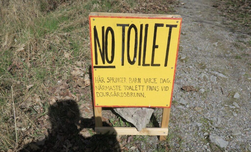 Stockholm. Djurgården. En skylt jag sett i veckan som talar om att tomten inte är en toalett. Bra initiativ!