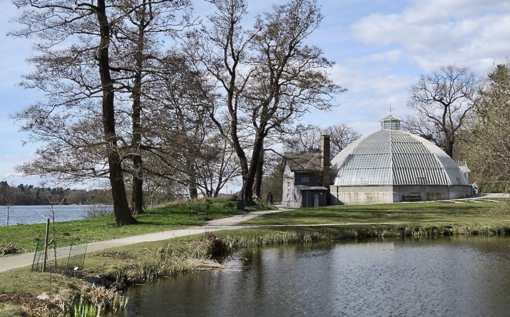 Stockholm. Norra Djurgården. En del av Bergianska trädgården med Victoriaväxthuset.