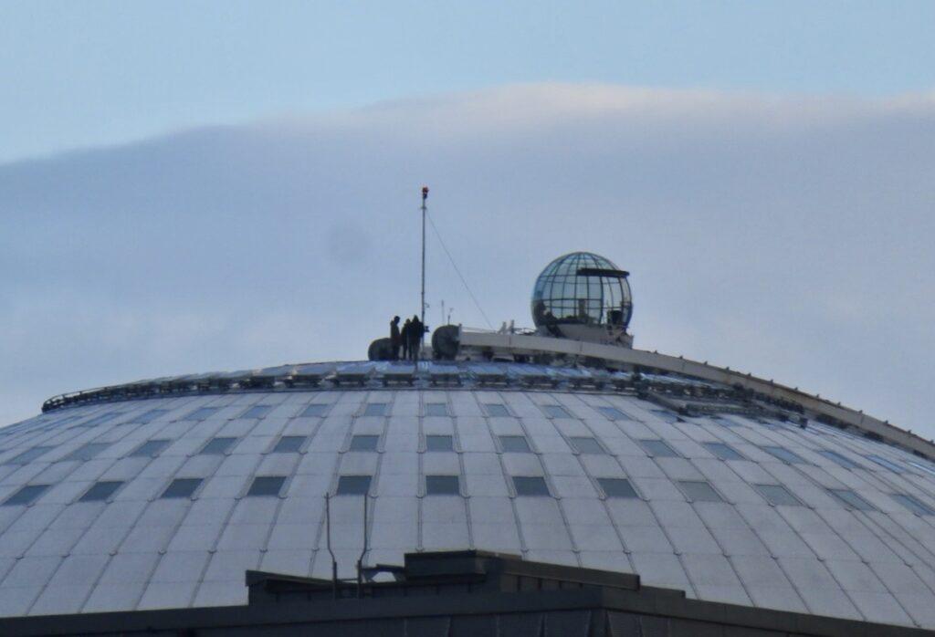Stockholm. Johanneshov. Globen. Skywiew. Här vill det till för besökarna att inte tappa kontakten med Globen.