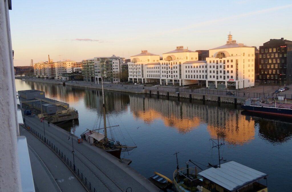 Stockholm. Södermalm. Hammarbykanalen. Mer variation blir det om vi blickar österut och över till Hammarby sjöstad.