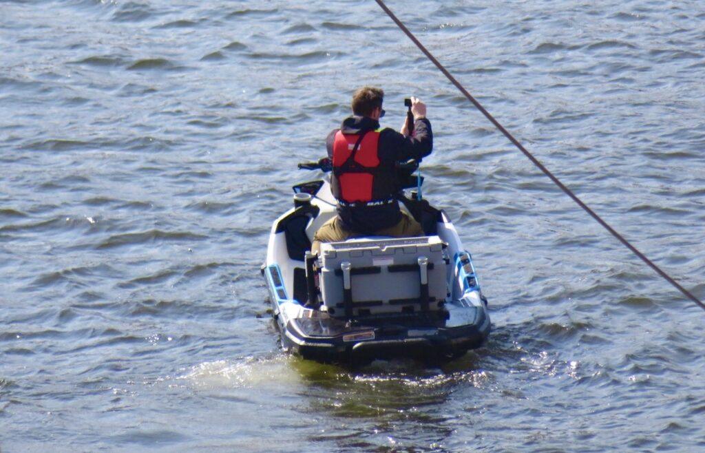 Stockholm. Södermalm. I april brukar inte säsongen för vattenskotrar ha startat ännu. Men i söndags såg jag den här i Hammarbykanalen.