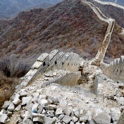 Kina. En mer orörd del av kinesiska muren. Vill här till att inte tappa vare sig ömdöme eller koncentration.