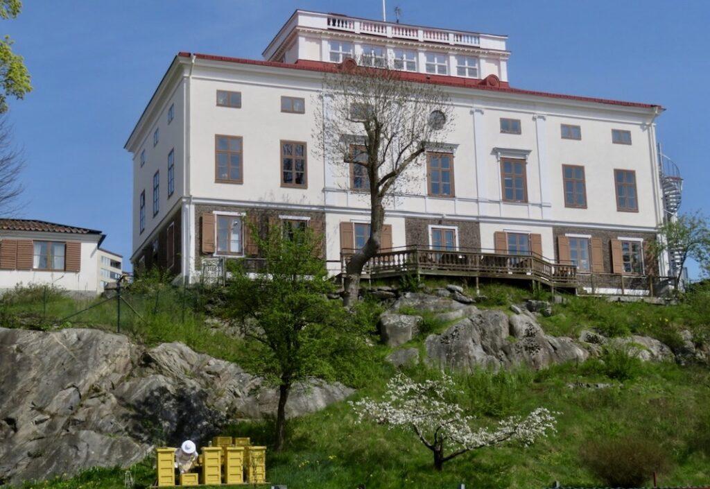 Solna. Alldeles vid Huvudsta strand ligger Huvudsta gård som blebv färdigställd 1836.