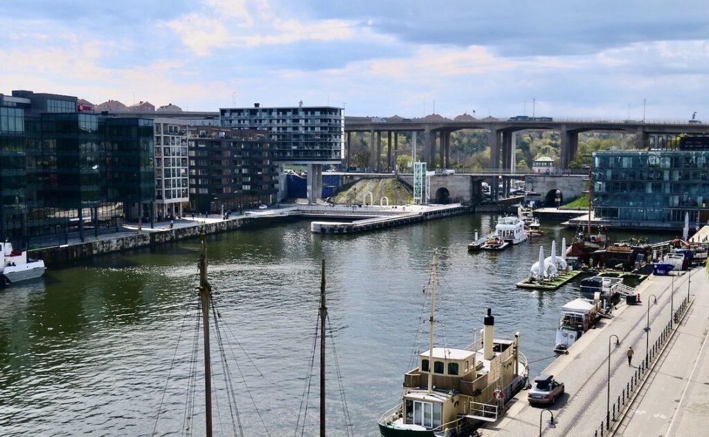 Stockholm. Södermalm. Norra Hammarbykajen. Det ser osäkert ut vädermässigt. Men en del blått skymtar.