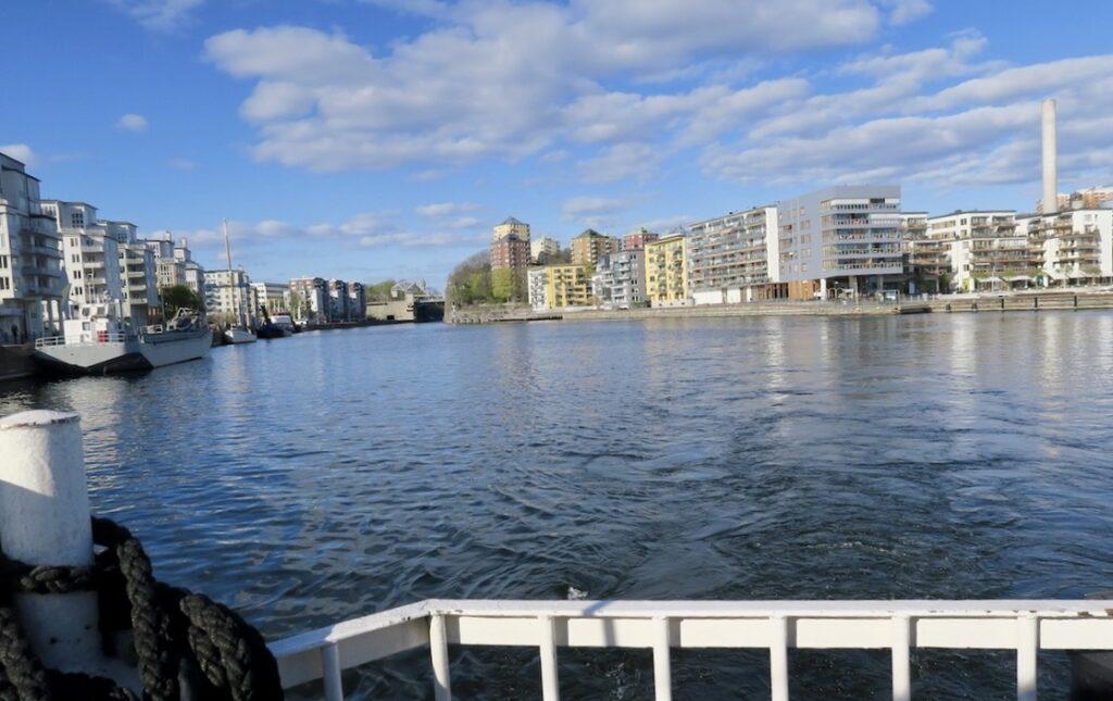 Stockholm. På väg till Henriksdalsbryggan och i blått sällskap. Blå himmel med lätta vita moln och även vattnet i Hammarby sjö ser blått ut.