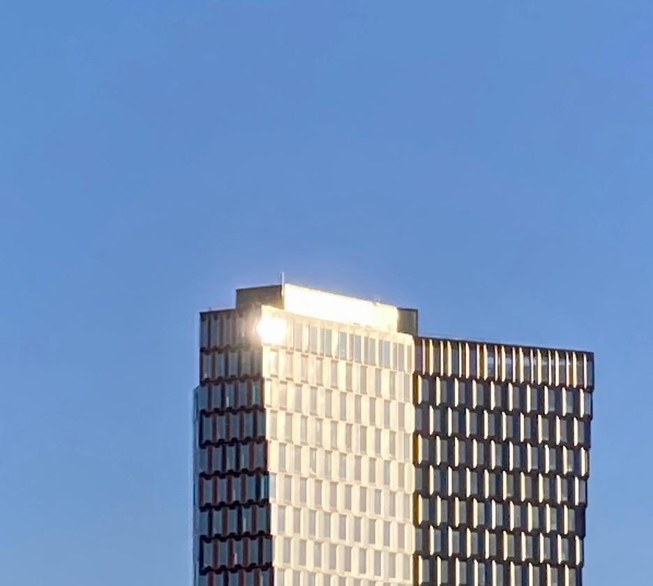 Stockholm. Södermalm. Norra Hammarbykajen. Skyskrapan Stockholm New. Osäkert? Nej, inte vädermässigt.