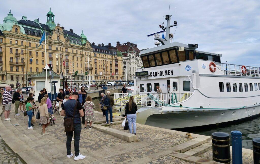 Stockholm. Nybroplan. Lite lätt kan man få köa till SL:s pendelbåt.
