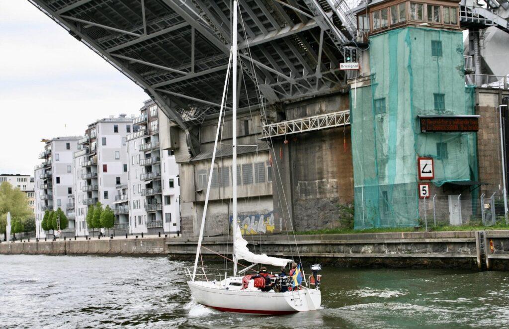 Stockholm. Danvksbron. Söndag eftermiddag och ingen rusning vad gäller båttrafiken.