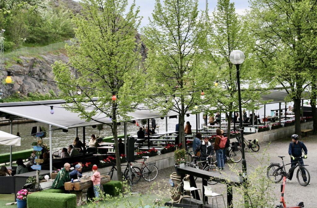 Stockholm. Södermalm. Söndag eftermiddag på Boule &Berså. Gott om plats men det beror nog på det ostadiga vädret.