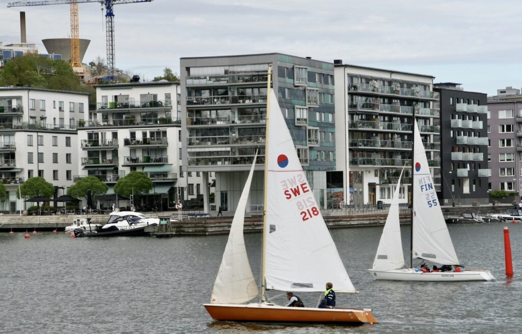 Stockholm. Södermalm. Hammarby sjö.Söndag sen efetermiddag och ett par seglare är synliga
