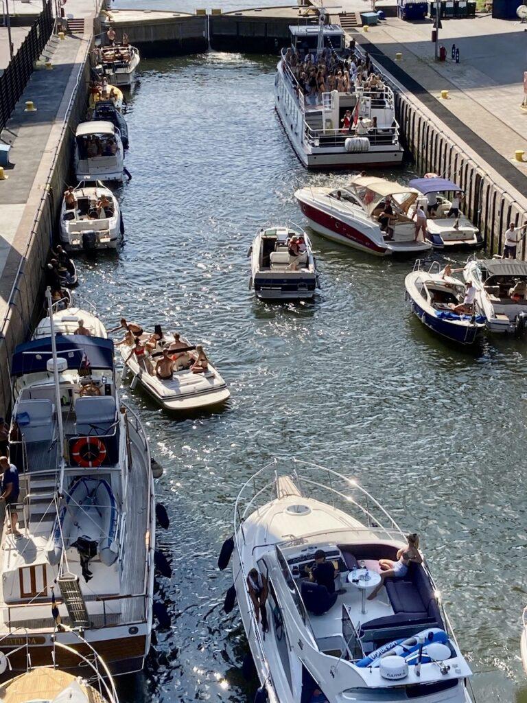 Stockholm. Södermalm. Hammarbyslussen. Att köa gör man även med båt.