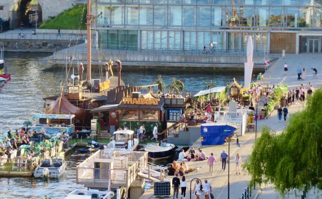 Stockholm. Södermalm. Norra Hammarbyhamnen. Att köa kan man få göra för att komma in på restaurang Thaiboat