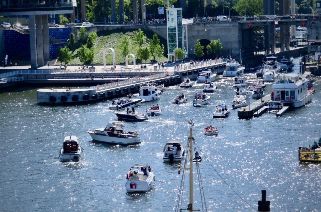 Stockholm. Södermalm. Hammarbyslussen. Här är det många båtatar som väljer att köa för att ta sig genom Hammarbyslussen och in i Mälaren.