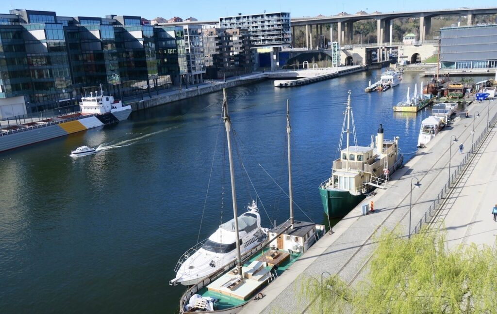 Stockholm. Södermalm. Hammarbykanalen. Sköna maj inledde vi med balkongfrukost. Utsikt ingår.