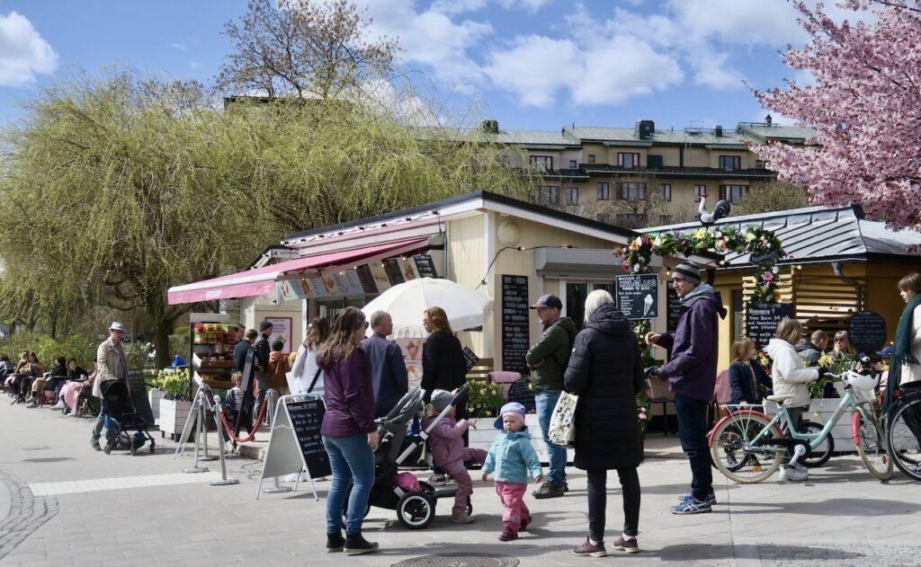 Stockholm. Södermalm. Café Kajsas på Kajen. Ingen säsongspremiär utan här är det öppet hela ået om. Ohc besökarna kommer.