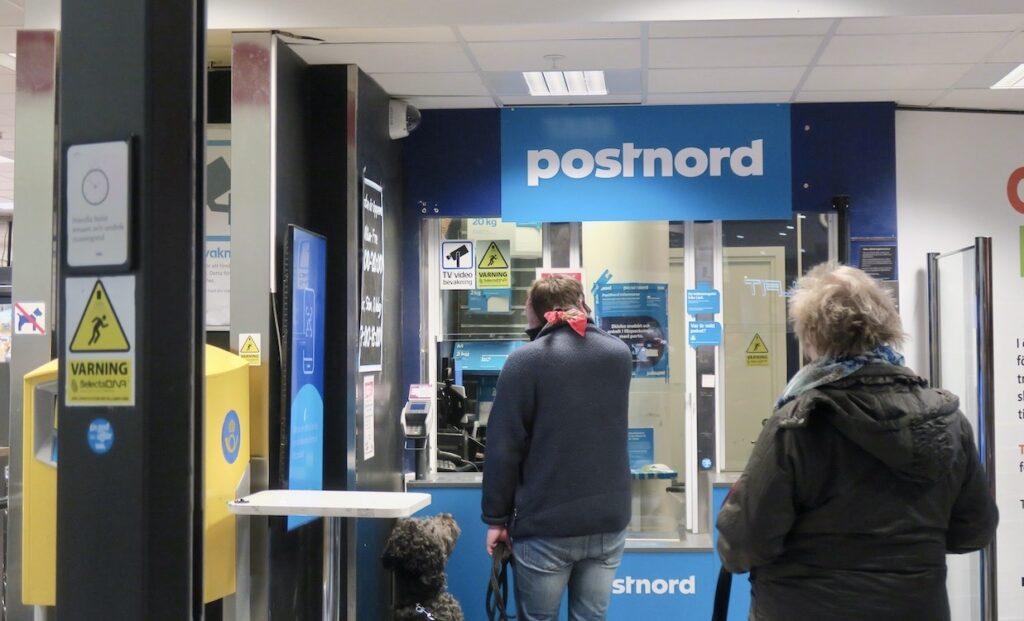 """Stockholm . Södermalm. Små lokala """"Postnordkontor"""" finns ofta vid livsmedelsbutiker. Här kan man också posta paket och brev och köpa frimärken. Även hämta ut paket."""