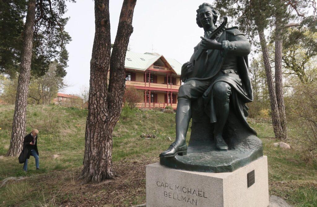Stockholm. Norra Djurgården. Kräftriket. En staty av Bellman finns här som är gjord av Alfred Nyström. Gode vännen August Strindberg satt modell